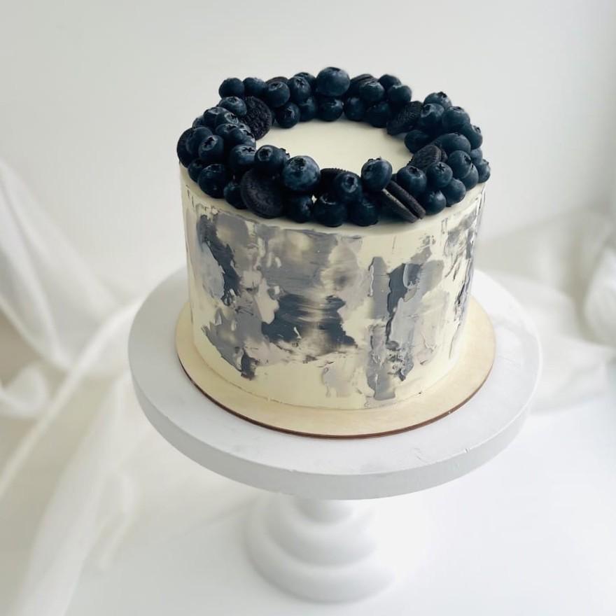 Как украсить торт печеньем - венок из голубики и орео - фото