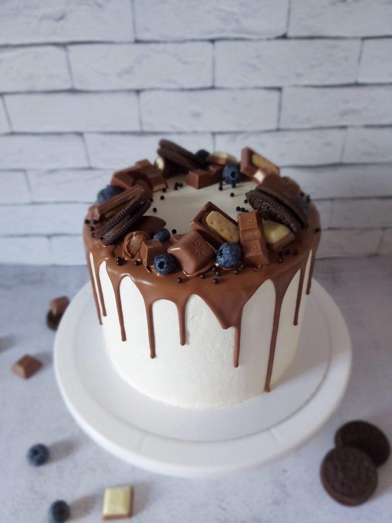 Как украсить торт печеньем - венок из печенья и шоколада - фото