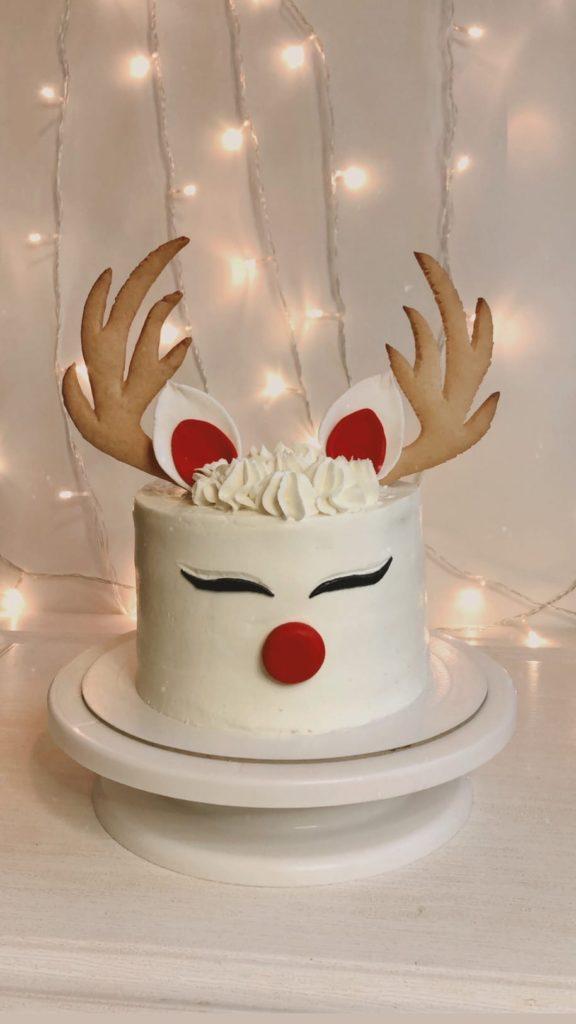 Как украсить торт печеньем - в виде рогов - фото