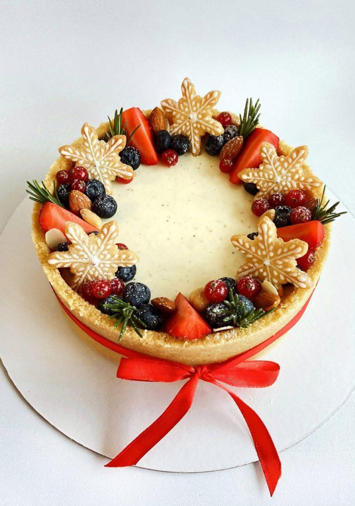 Как украсить торт печеньем - печенья-снежинки - фото