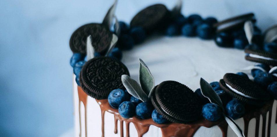 Как украсить торт шоколадками и конфетами - фото