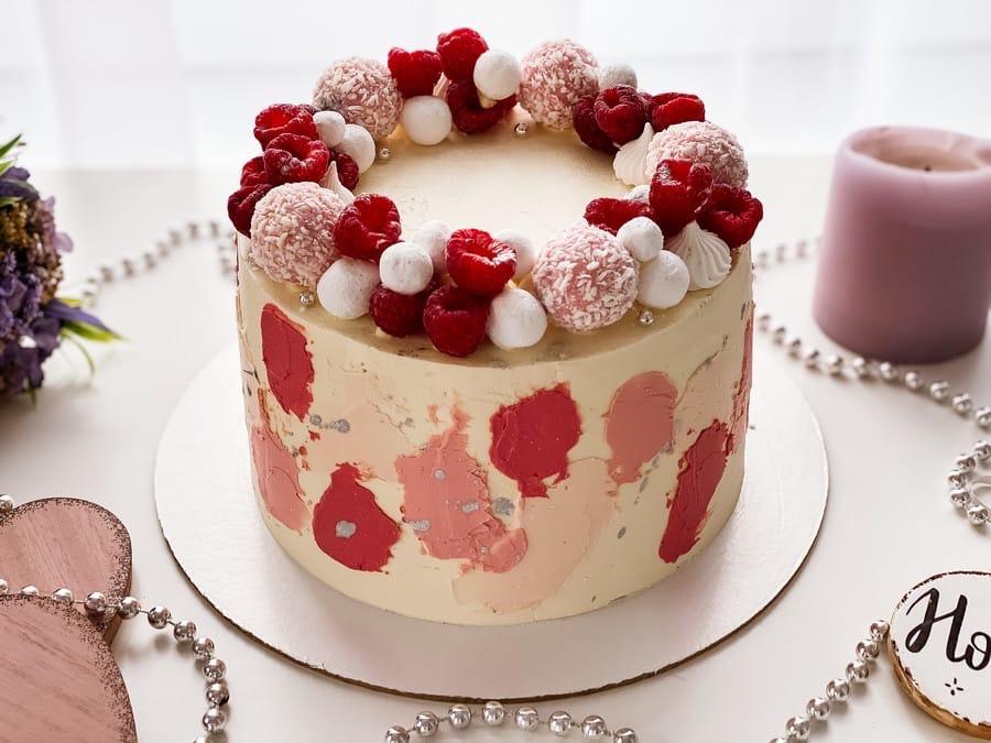 Как украсить торт шоколадками и конфетами - с ягодами - фото