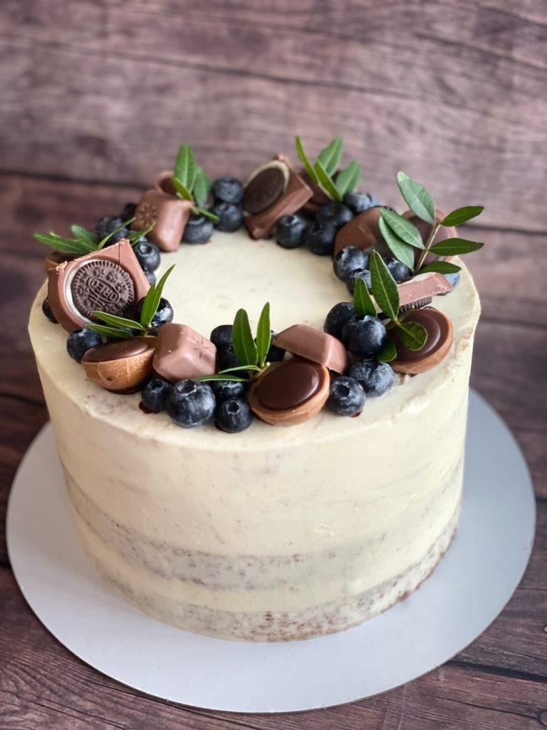Как украсить торт шоколадками и конфетами - с голубикой - фото