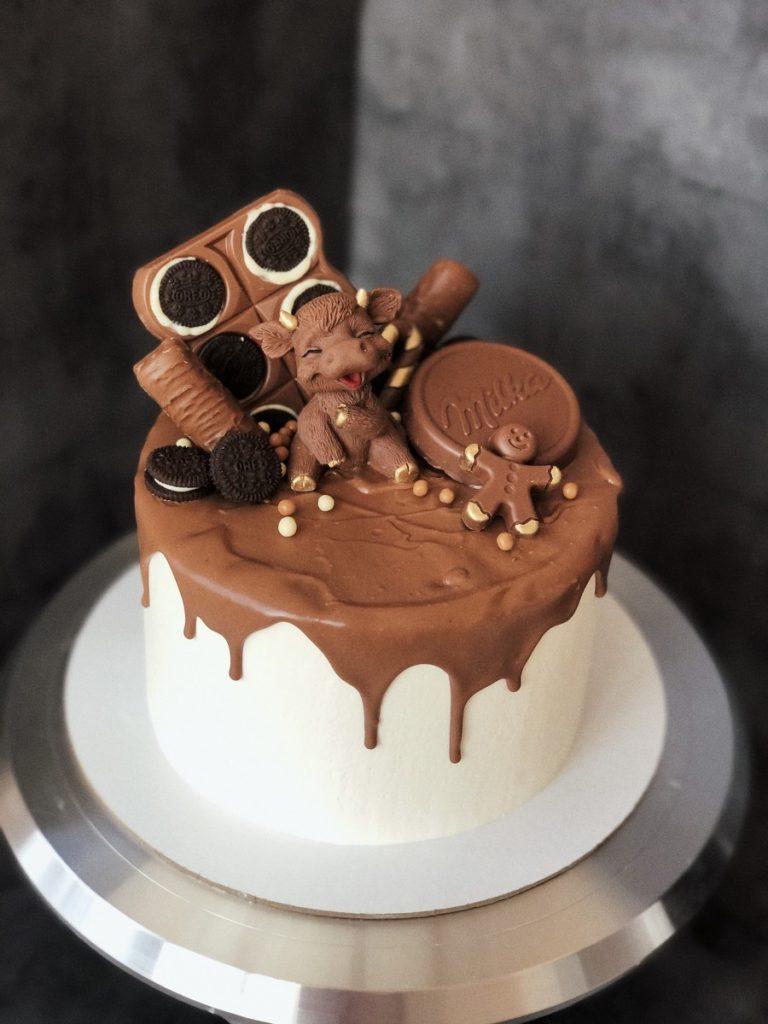 Как украсить торт шоколадками и конфетами - полумесяцем - фото