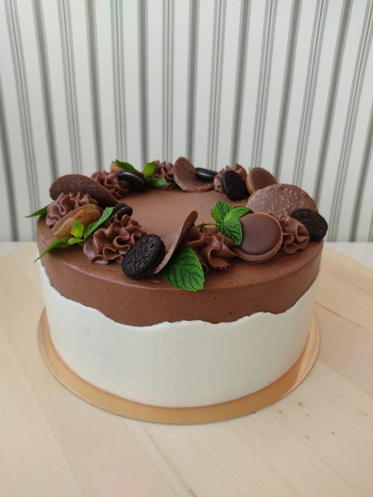 Как украсить торт шоколадками и конфетами - венок из орео и тофифи - фото
