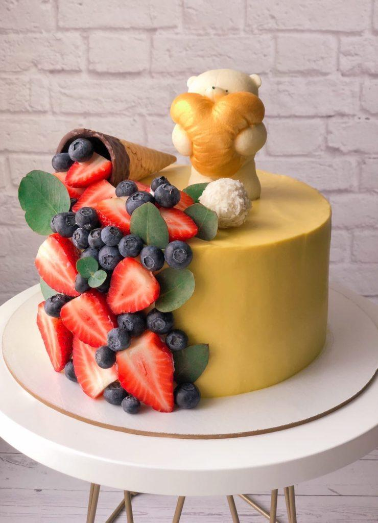 Как украсить торт ягодами - с вафельным рожком - фото